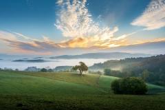 Herbstmorgen im Odenwald mit schwerem Nebel in den Tälern
