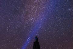 Das Fliegerdenkmal auf der Wasserkuppe unter Sternenhimmel in der Rhön