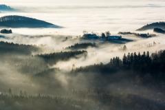 Eine Wolkendecke bedeckt die Hessische Rhön an diesem kalten Wintermorgen