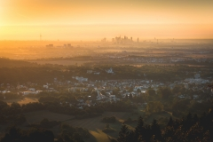 Sonnenaufgang am Großen Mannstein mit Blick auf die Skyline von Frankfurt am Main