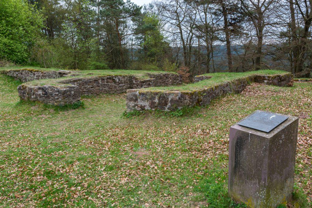 Mauerreste der alten Befestigungsanlage auf dem Christenberg