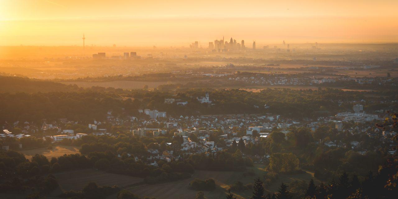 Sonnenaufgang am großen Mannstein im Taunus mit Blick auf die Skyline von Frankfurt